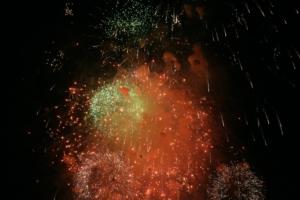 Silvester Feuerwerk mit Lichtbogen Feuerzeug